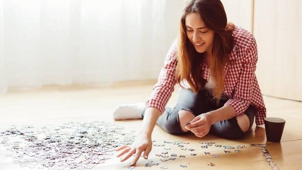 Eine junge Frau puzzelt