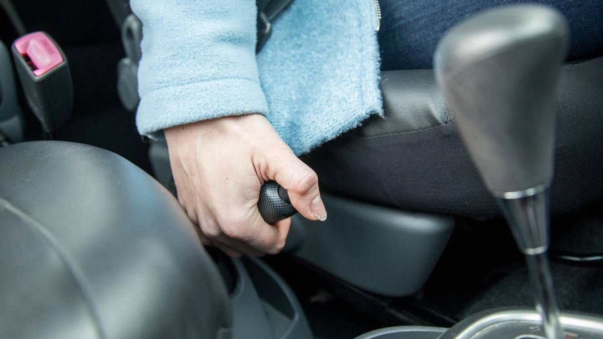 Handbremse nicht angezogen – Auto rollt los und stürzt vier Meter tief auf weitere Fahrzeuge