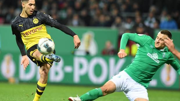Auch im richtigen Leben kämpfen Werders Maximilian Eggestein (r.) und Dortmunds Achraf Hakimi manchmal um den um den Ball