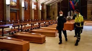 Ein Sarg wirdneben weiteren Särgen in der Kirche San Giuseppe in Seriate gestellt
