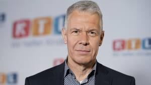"""""""Das übliche Glas Wasser unterm Moderationstisch ist leider dem Virus zum Opfer gefallen"""", sagt RTL-Moderator Peter Kloeppel."""