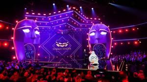 """Die Figur """"Der Wuschel"""" steht in der Prosieben-Show """"The Masked Singer"""" neben Moderator Matthias Opdenhövel auf der Bühne"""