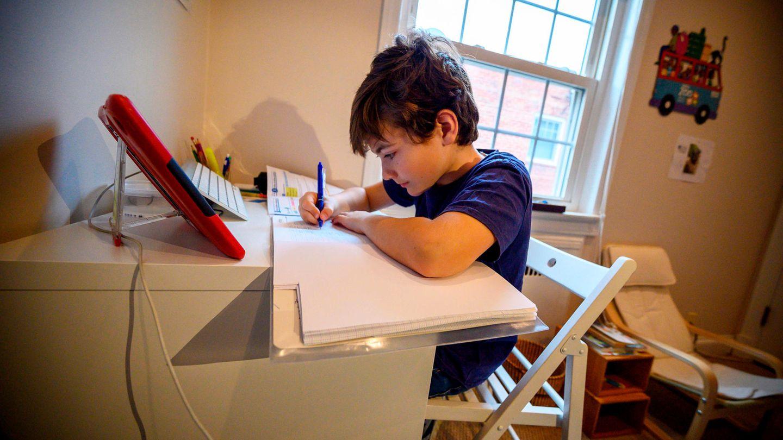 Ausnahmezustand: Ein Kind macht seine Aufgaben am heimischen Schreibtisch (Symbolfoto)