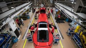Mitarbeiter der Porsche AG montieren im Hauptwerk einen Porsche 911.Die sogenannten Wirtschaftsweisen rechnenmit einem Einbruch des Bruttoinlandsprodukts (BIP) von im schlimmsten Fall 5,4 Prozent im Gesamtjahr.