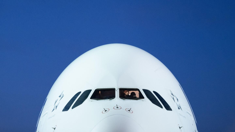 Bild 1 der Fotostrecke zum Klicken:Blick auf das Cockpit des doppelstöckigen Jets.Der Airbus A380 gehört nicht zu den elegantesten Flugzeugen, aber zu den größten.
