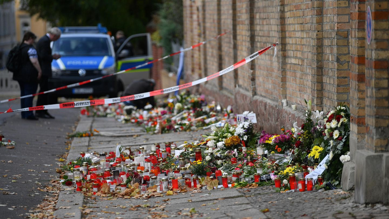 Blumen vor der Synagoge in Halle