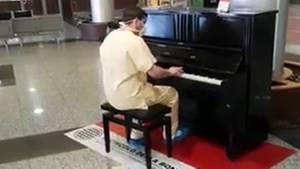Ein italienischer Arzt spielt Klavier in der leeren Empfangshalle seines Krankenhauses.