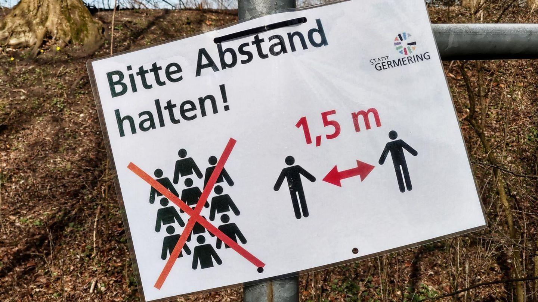 Schild: Bitte Abstand halten