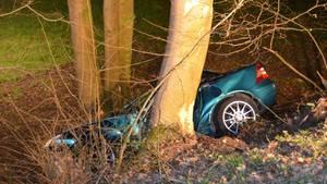 Nachrichten aus Deutschland: Wrack eines Autos steht an einem Abhang im Wald