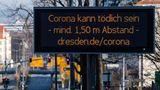 Distanz statt Nähe:Aufdigitalem Wege wird hier für einen Mindestabstand von1,50 Metern zwischen Personen im Dresdner Univiertel geworben.