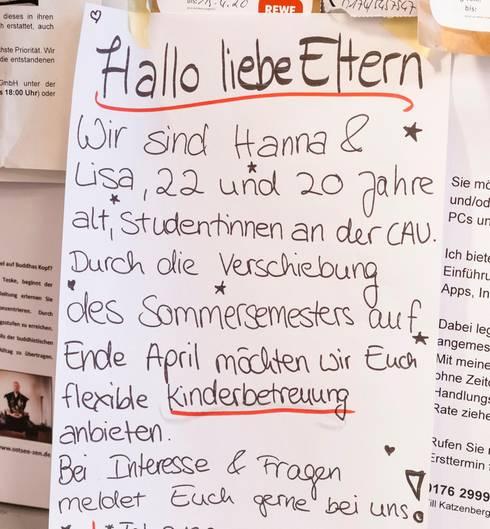 Bild 1 der Fotostrecke zum Klicken:Nachbarschaftshilfe in den Zeiten des Coronavirus -Zettel an der Pinnwand eines Supermarktes in Kiel.