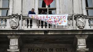 """""""Alles wird gut werden"""" steht auf Italienisch auf einem Plakat am Turiner Rathaus"""