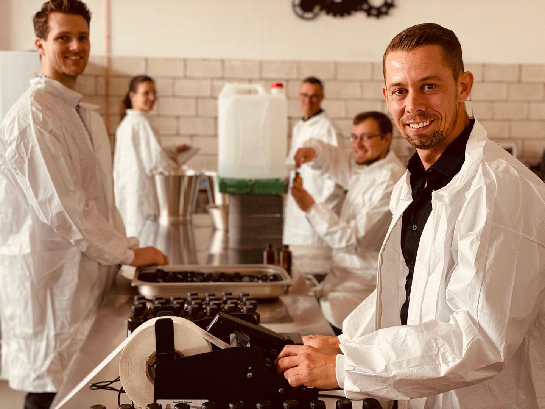 Die Deutsche Spirituosen Manufaktur produziert normalerweise mehr als 100 hochwertige Brände und beliefert Edel-Restaurants und Luxus-Hotels. In der Corona-Krise war nun Umdenken gefragt.
