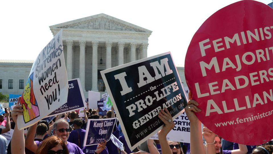 Demonstranten vor dem Obersten Gerichtshof in Washington