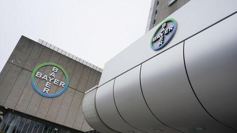 Berlin: Blick auf das Logo des Chemiekonzerns Bayer AG an der Müllerstraße
