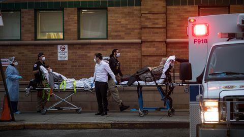 Sanitäter transportieren Corona- Patienten in die Maimonides-Klinik