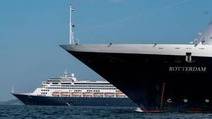 """Seit Mitte März sucht die """"Zaandam""""der Reederei Holland America Linenach einem Hafen. Zusammen mit demSchwesterschiff """"Rotterdam"""" passierte der Oceanliner jetzt den Panamakanal."""