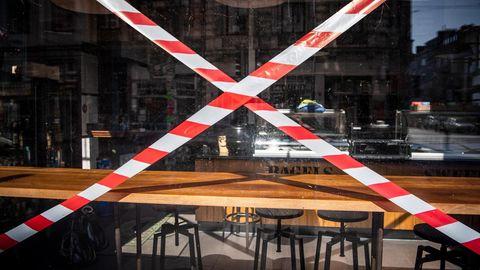 Ein Absperrband vor einem Restaurant