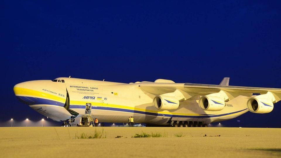 Nach einer Landung auf dem Flughafen Leipzig-Halle: Bei der Antonow An-225 wird die Bugklappe geöffnet.