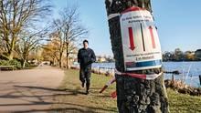 Ein Warnhinweis an einem Baum