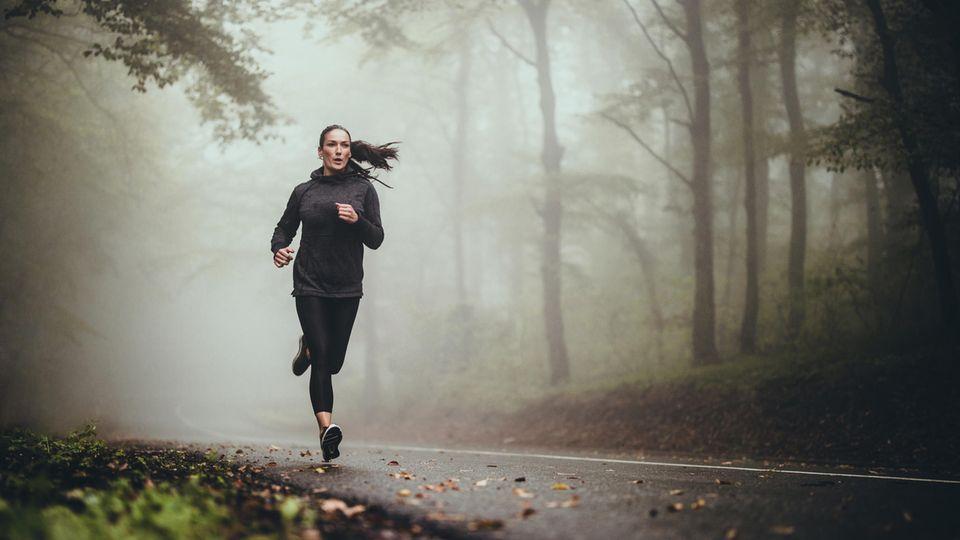 Frau joggt durch den Wald
