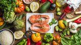 Mediterrane Ernährung  Wer sich mediterran und gesund ernährt, hat laut WHO ein niedrigeres Risiko an Demenz zu erkranken. Die Columbia-Universität New York untersuchte den Zusammenhang zwischen mediterraner Ernährung mit Obst, Gemüse, Fisch, Olivenöl und Vollkornbrot und der Alzheimer-Erkrankung. Dass diese Art der Ernährung vor vaskulärer Demenz schützt und das Risiko eines Herzinfarkts senkt, ist schon lange wissenschaftlich belegt. Vitamin A, C und E sind daran beteiligt, freie Radikale abzufangen, die bei der Zellatmung entstehen und Nervenzellen schaden, schreibtdas Bundesministeriumfür Familie, Senioren, Frauen und Jugend (BMFSFJ). Außerdem weißt das BMFSFJ darauf hin, dass Omega-3-Fettsäuren die Kontakte zwischen den Nervenzellen im Gehirn verbessern und Entzündungen verhindern.