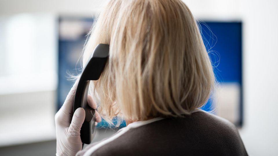 Eine ehrenamtliche Telefonseelsorgerin im Auftrag der Diakonie Hamburg telefoniert