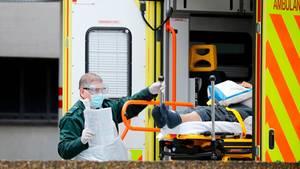 Ein Sanitäter bringt in London einen Patienten in ein Krankenhaus