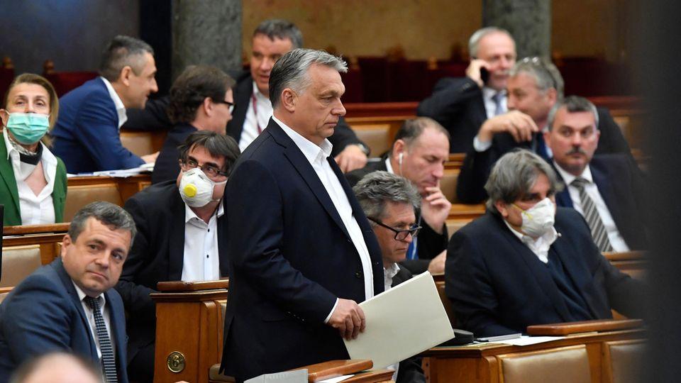 Viktor Orban (M), Ministerpräsident von Ungarn, kommt zu einer Plenarsitzung des ungarischen Parlaments