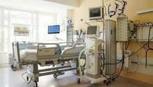 Ein Krankenbett mit Beatmungsgerät