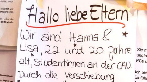 Nachbarschaftshilfe in den Zeiten des Coronavirus: Zettel an der Pinnwand eines Supermarktes in Kiel.
