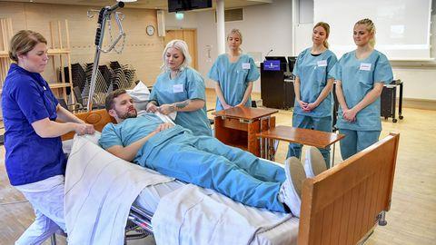 Flugbegleiter und Flugbegleiterinnen lernen in Stockholm etwa, wie man etwa Betten herrichtet