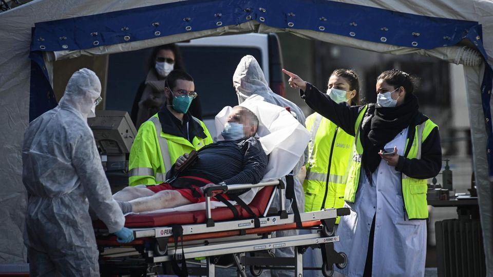 Coronavirus: Personal kümmert sich um einen Patienten