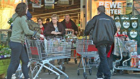 Kunden vor einem Supermarkt