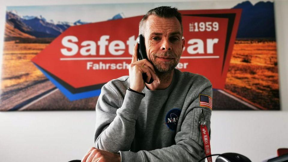 Fahrschullehrer Marc Höcker am Telefon