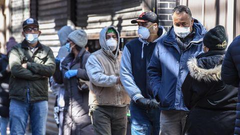 Coronavirus in den USA: Menschen mit Schutzmasken in New York