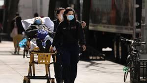 Medizinisches Personal transportiert einen Patienten in New York