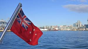 Die Neuseeländische Fahne am heck eine Fähre im Hafen von Auckland:In Neuseeland sitzen etwa 12.000 Deutsche fest.