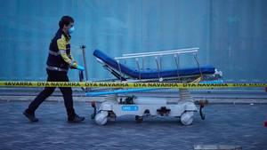 Ein Freiwilliger überführt die Krankenbahre eines Krankenwagens
