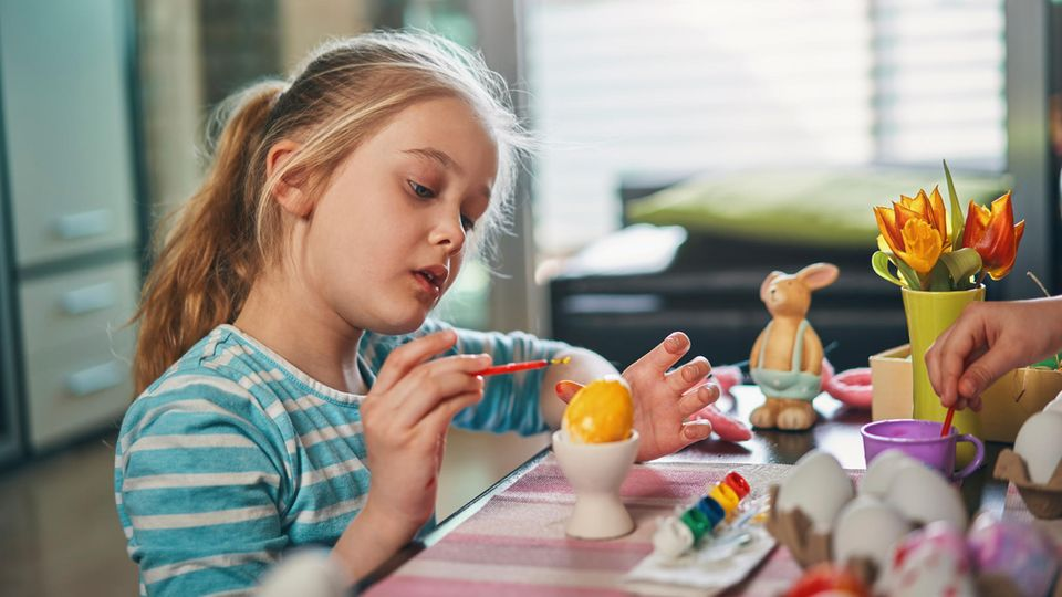 Kinder malen Ostereier