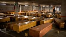 Barcelona: Särge mit den Leichen von Menschen, die am Coronavirus gestorben sind, liegen auf dem Boden eines Parkplatzes.