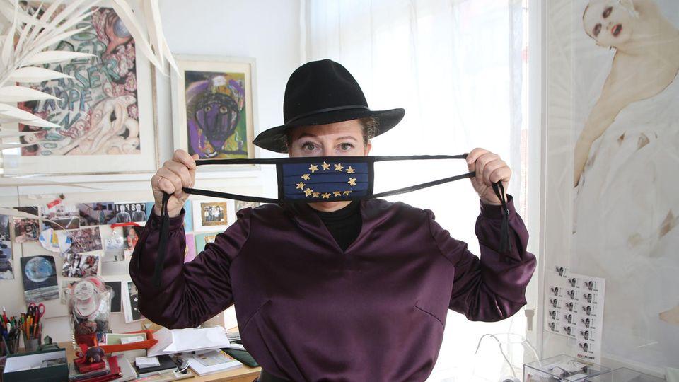 """Die Hamburger Modedesignerin Sibilla Pavenstedt mit ihrer Europa-Maske des Labels """"Made auf Veddel"""""""