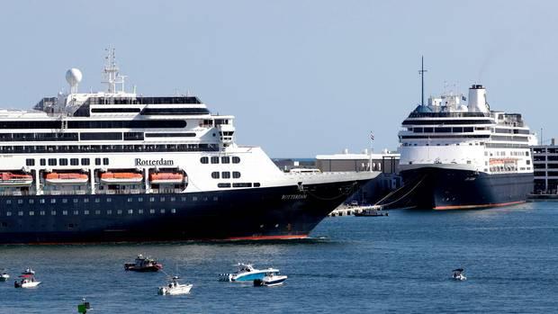 """Das Kreuzfahrtschiff """"Rotterdam"""" und die """"Zaandam"""" laufen in den Hafen Port Everglades von Fort Lauderdale in Florida ein."""