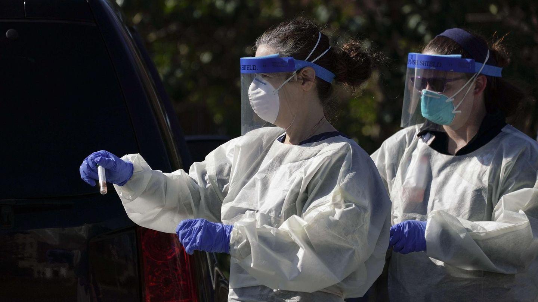 Zwei Medizinerinnen in Schutzanzüge