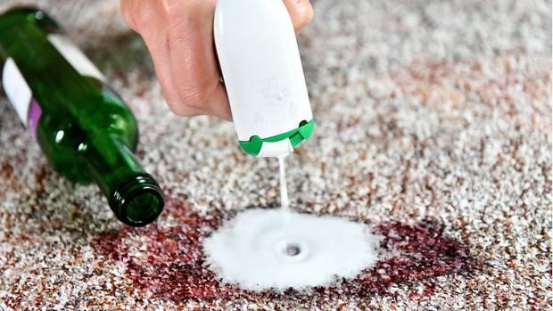 Rotweinflecken entfernen: Salzhäufchen auf Rotweinfleck auf Teppich
