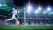 Der Mönchengladbacher Patrick Herrmann bei einem Eckstoß im Geisterspiel gegen den 1. FC Köln