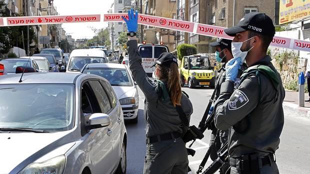 Polizisten kontrollieren die Zufahrt zuBnei Brak.