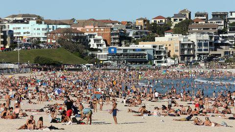Bondi Beach in Australien, bevölkert von tausenden Besuchern