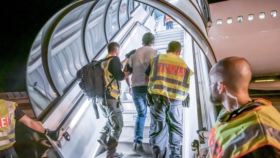 Abschiebungen trotz Corona: Deutschland chartert Einzelpersonen-Flüge