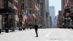 Eine leere Straße in Manhattan: Im US-Bundesstaat New York gibt es inzwischen mehr als 100.000 bestätigte Infektionen mit dem Coronavirus.
